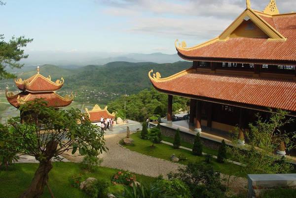 Thiền viện Trúc Lâm: Thiền Viện Trúc Lâm là thiền viện thuộc thiền phái Trúc Lâm Yên Tử. Thiền viện cách trung tâm thành phố Đà Lạt 5 km, nằm trên núi Phụng Hoàng, phía trên Hồ Tuyền Lâm. Đây không chỉ là thiền viện lớn nhất Lâm Đồng, mà còn là điểm tham quan và chiêm bái của nhiều du khách trong và ngoài nước.