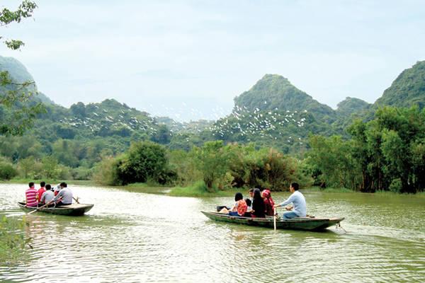Đi thuyền ngắm cảnh ở Tràng An