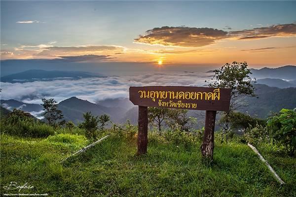 Một điểm cộng cho Doi Kat Phee là bạn không cần phải lo về đoạn đường lên núi vì sẽ có dịch vụ xe đưa bạn lên để tha hồ ngắm mặt trời mọc. (Ảnh: Internet)