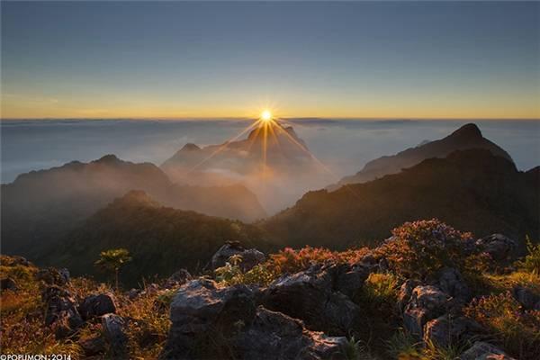 Nằm giữa rừng xanh dưới chân một ngọn núi đá vôi khổng lồ, Chiang Dao được nhiều người tin tưởng chọn làm địa điểm lí tưởng để trốn khỏi cái nhộn nhịp, xô bồ của Chiang Mai. (Ảnh: Internet)