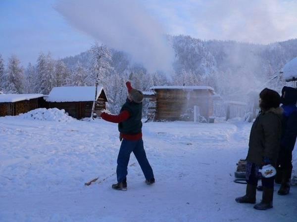 Cả nước sôi cũng đóng băng nhanh chóng khi người dân tạt ra ngoài thời tiết lạnh - Ảnh: Amusing.