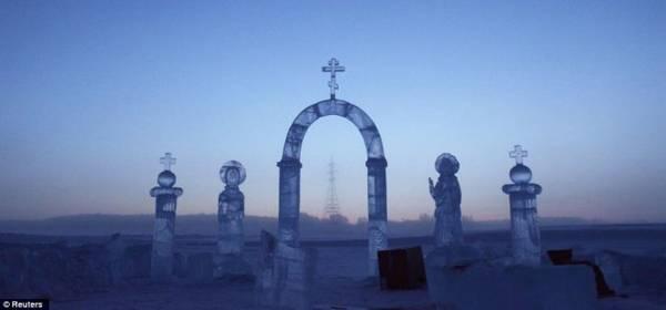 Một tác phẩm điêu khắc tuyệt đẹp được tạo nên từ băng trên sông Lena - Ảnh: Daily Mail