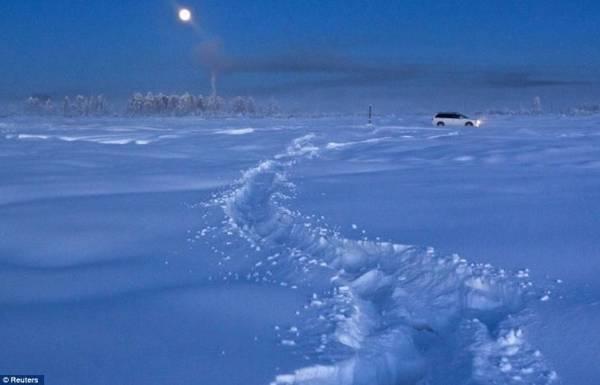 Di chuyển trên những con đường ngập trong tuyết trắng cũng là một trải nghiệm - Ảnh: Daily Mail