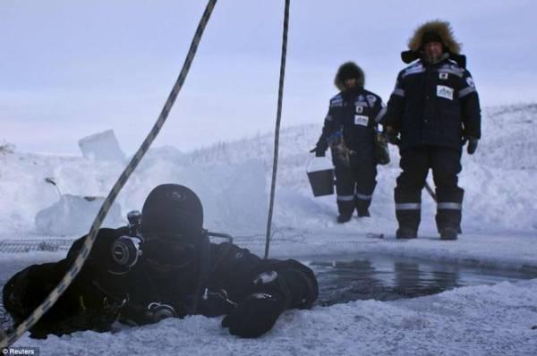 Alexander Gubin, 43 tuổi, chuẩn bị lặn xuống hồ Labynkyr ở thung lũng Omyakon - Ảnh: Daily Mail