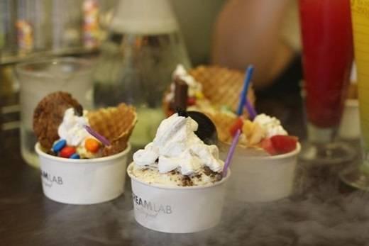 Điểm cộng của món kem này không chỉ là quá trình chế biến vừa lạ vừa nhanh mà còn là độ mịn, xốp, không có đá như những loại kem thông thường. Có nhiều hương vị kem đa dạng, phối hợp cùng các loại topping và bánh kẹp giòn giòn, tha hồ cho bạn lựa chọn. (Ảnh: Internet)