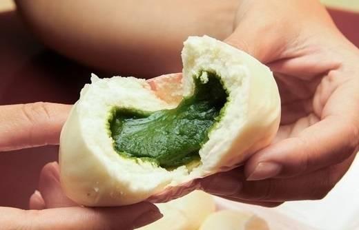 Với người Việt, những món ăn chế biến từ trà xanh đã dần trở thành một phần không thể thiếu trong đời sống hàng ngày. Nay, các tín đồ của trà xanh lại càng hứng thú hơn khi xuất hiện phiên bản bánh bao trà xanh. Chỉ mới tưởng tượng bột bánh bao mịn màng, nóng hổi, ôm lấy phần nhân đậm đà trà xanh là đã thấy thòm thèm rồi. (Ảnh: Internet)