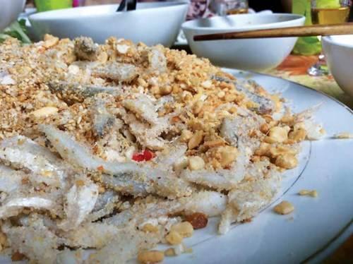 Cá đã được trộn với thính, đậu phộng, mè rang, bánh tráng bóp vụn…
