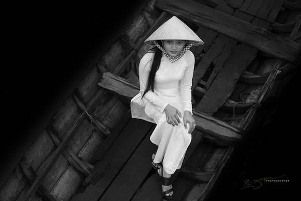 Một nữ sinh trung học đi xuồng đến trường ở Đồng bằng Sông Cửu Long.
