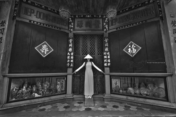Tác phẩm mang tên: Quintessential (Tinh túy) thể hiện sự tinh tế trong kết hợp nét đẹp giữa áo dài truyền thống với kiến trúc cổ xưa ở Việt Nam.