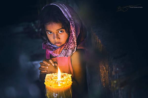Thiếu nữ Chăm trong ánh nến lung linh.