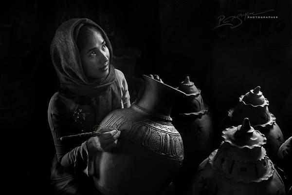 Người phụ nữ Chăm đang làm gốm.