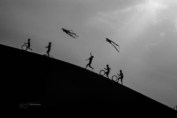 Những đứa trẻ người Chăm chơi đùa trên đồi cát lộng gió.