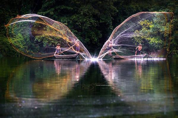 Nguyễn Vũ Phước là một trong những nhiếp ảnh gia được nhiều người Việt biết đến. Ông đã giành được nhiều giải thưởng nhiếp ảnh trong nước và trên thế giới về các lĩnh vực như du lịch, nghệ thuật... Trong ảnh là những người nông dân chất phác đang cần mẫn quăng lưới đánh cá.
