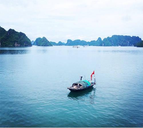 Vịnh Hạ Long luôn là điểm đến được nhiều du khách lần đầu tới Việt Nam lựa chọn để ghé thăm. Trang Business Insider nhận xét rằng khung cảnh bình yên ở đây là điều bạn không thể tìm thấy ở châu Âu hay Mỹ.