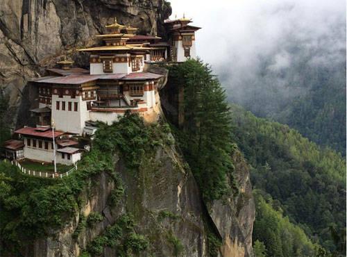 Tiger's Nest là tu viện nổi tiếng và linh thiêng ở Bhutan, nằm chênh vênh ở độ cao hơn 3.000 m so với mực nước biển. Nó được xây dựng vào năm 1692.