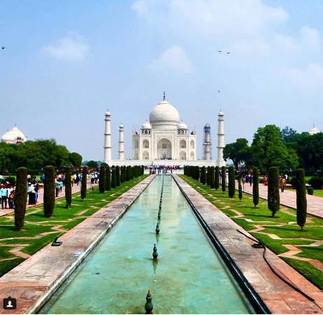 Sẽ luôn là một thiếu sót nếu nhắc đến các địa điểm đẹp ở châu Á mà bỏ qua Taj Mahal, Ấn Độ. Lăng mộ bằng đá cẩm thạch trắng này nằm ở thành phố Agra, và chào đón khoảng 3 triệu du khách mỗi năm.