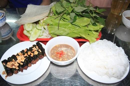 """Không chỉ có đường Tôn Đức Thắng mới là """"thánh địa"""" của bò lá lốt ở Sài Gòn, mà ngay ở quận """"đại gia"""" cũng có món này với giá dễ chịu hơn. Cứ đi ngang đường số 2 là biết bao người lại nôn nao vì mùi thịt bò nướng bốc lên thơm không cưỡng nổi, âm thanh xì xèo của nước thịt bò chảy trên vỉ nướng, lá lốt chuyển sang màu đen bóng cực hấp dẫn. (Ảnh: Internet)"""