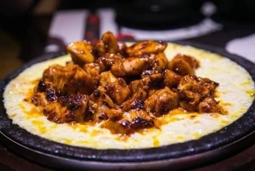 """Gà nướng phô mai chinh phục những tín đồ ăn vặt Sài Gòn chỉ trong một thời gian ngắn nhờ vào thịt gà cay """"không đỡ nổi"""" và lớp phô mai dẻo thơm lừng. Ăn kèm với cơm rong biển và bắp cải trộn, thịt gà được lóc xương sẽ ngon gấp bội phần khi kết hợp cùng phô mai nóng. (Ảnh: Internet)"""