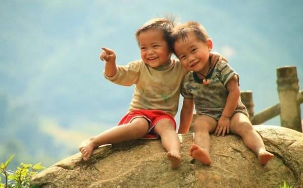 """""""Tình bạn"""" của những đứa trẻ con - Ảnh: Huyền Thương/Boredpanda"""