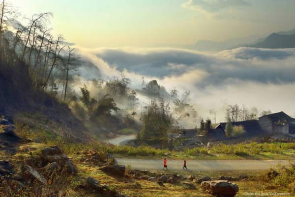 Một con đường nhỏ huyền ảo trong mây mù sương phủ ở tỉnh Hà Giang - Ảnh: Huyền Thương/Boredpanda