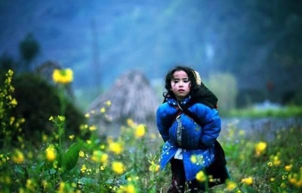 Cô bé dân tộc Mông hồn nhiên - Ảnh: Huyền Thương/Boredpanda