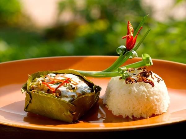 """Amok cá: Cá tươi được nấu với nước cốt dừa và kroeung - một kiểu sốt cà ri của người Kmer, gồm sả, rễ nghệ, tỏi, hẹ tây, gừng. Món này thường được bày trong """"bát"""" làm từ lá chuối. Ảnh: Riceandmisoeveryday."""
