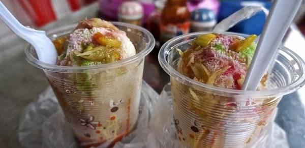 Cha houy teuk: Món tráng miệng ngọt ngào này có giá khá rẻ, được bán ở các quán vỉa hè tại Phnom Penh. Cha houy teuk là thạch làm từ tảo biển có màu sắc sặc sỡ, thêm bột cọ sagu, đậu xanh và kem dừa. Ngoài ra, bạn có thể thử thêm món xôi nếp được rưới nước cốt dừa, thêm khoai môn, đậu đỏ và bí ngô. Ảnh: Leboost-cambodia.
