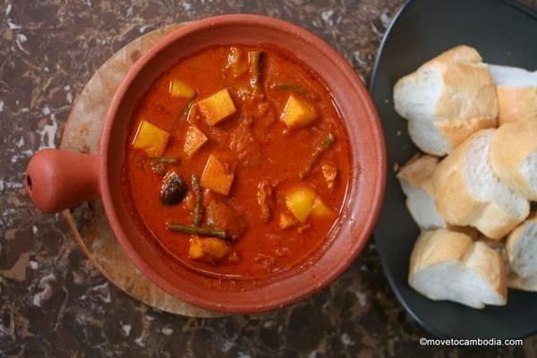 Cà ri đỏ Khmer: Không cay bằng cà ri Thái Lan, món ăn này thường được làm từ thịt bò, gà hoặc cá, với cà, đậu xanh, khoai tây, nước cốt dừa tươi, sả và kroeung. Món ăn này thường được nấu trong các sự kiện đặc biệt của người Campuchia như cưới hỏi hoặc các dịp lễ như Pchum Ben. Cà ri đỏ thường được ăn kèm bánh mì. Ảnh: Movetocambodia.