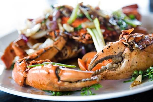 Cua rán tiêu đen: Tỉnh Kampot ở miền Nam Campuchia nổi tiếng với hải sản và những trang trại trồng tiêu đen bạt ngàn. Cua tươi được rán cùng các nhánh tiêu tươi, tạo ra hương vị đặc biệt thơm ngon. Ảnh: Accidentalepicurean.
