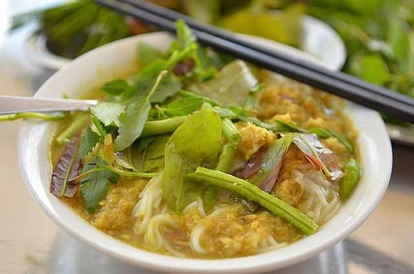 Nom banh chok: Đây là món ăn sáng phổ biến ở Campuchia, thường được các phụ nữ gánh đi bán rong. Một bát nom banh chok gồm mỳ gạo, chan nước dùng kiểu cà ri cá màu xanh làm từ sả, rễ nghệ và chanh, thêm các loại rau thơm, giá đỗ... Phiên bản dùng cà ri đỏ thường dành cho những dịp lễ lạt, cưới hỏi. Ảnh: Migrationology.