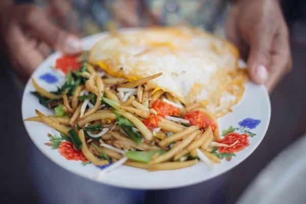 Lort cha: Món ăn này thường được bày bán trên các xe đồ ăn vào buổi tối. Mì được cắt đoạn ngắn, xào cùng giá đỗ, hành tươi và trứng bác. Cuối cùng, tất cả được trộn cùng tương ớt và xì dầu trước khi ăn. Ảnh: Ahacurated.