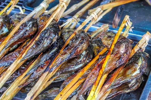 Các món nướng: Bạn có thể bắt gặp các hàng bán đồ nướng ở khắp Campuchia, với đủ loại nguyên liệu, từ thịt bò, thịt gà tới mực, tôm. Thịt và hải sản thường không được tẩm ướp mà sẽ chấm cùng các loại sốt. Ảnh: Travelhighlighter.