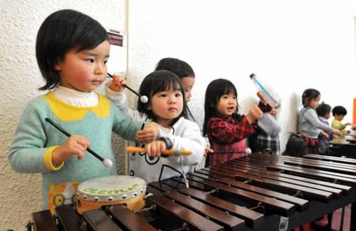 Cha mẹ phản ứng thái quá nếu con họ có những vết xước hay bầm tím trên da: Đây là một trong những điều mà nhiều phụ huynh Nhật luôn cảm thấy ám ảnh. Mặc dù được coi là quốc gia với nền giáo dục tiên tiến, nơi trẻ con được tự lập từ nhỏ, việc gia tăng của nạn bạo lực học đường, tội phạm vị thanh niên đã làm nhiều cha mẹ quan ngại hơn nếu con họ có những biểu hiện và các vết thương bất thường. Ảnh: amazonaws