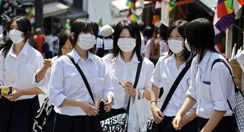 Các phương pháp vệ sinh cá nhân: Người Nhật thường bị ám ảnh bởi vấn đề sạch sẽ. Các đồ dùng cá nhân như giấy ăn, khẩu trang y tế hay gel rửa tay là những thứ không thể thiếu. Hầu hết người Nhật đều đeo khẩu trang khi ra đường hay du lịch sang nước khác. Ảnh: sputniknews