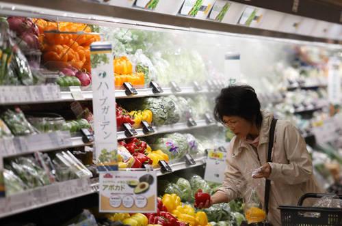 Hạn sử dụng và nhãn hiệu sản phẩm đồ ăn: Bạn không nên ngạc nhiên nếu thấy một bà nội trợ đứng đọc hết nhãn sản phẩm khi đi siêu thị để mua món đồ còn hạn sử dụng lâu nhất. Nhiều người Nhật sẵn sàng vứt những đồ ăn đã mua nếu hạn sử dụng chỉ còn vài ngày. Ảnh: amazonaws