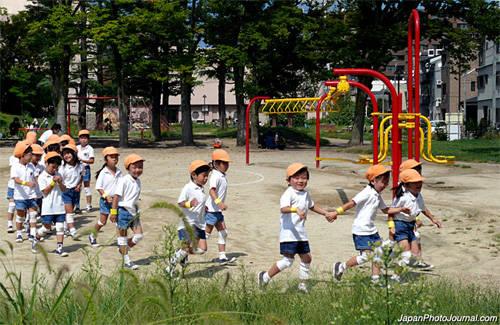 Trẻ con không được làm ồn khi chơi trong khu dân cư: Đã có nhiều trường hợp những người cao tuổi phàn nàn về tiếng ồn từ nhà trẻ, trường tiểu học hay sân chơi tập thể. Những người cao tuổi ở Nhật không thích sự ồn ào của trẻ con và đôi khi có phản ứng thái quá. Ảnh: japanphotojournal