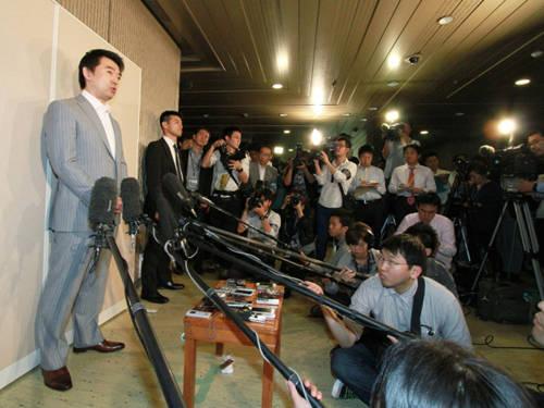 """Chính trị gia hay người nổi tiếng không được phép phát ngôn sai: Những người nổi tiếng ở Nhật không được phép phát ngôn sai hay gây mếch lòng công chúng. Nếu ở các nước khác, những câu nói """"buột miệng"""" có thể là điều bình thường trong thế giới người nổi tiếng thì ở Nhật, nó có thể dẫn tới sự sụp đổ trong sự nghiệp của họ. Ảnh: nationalpostcom"""