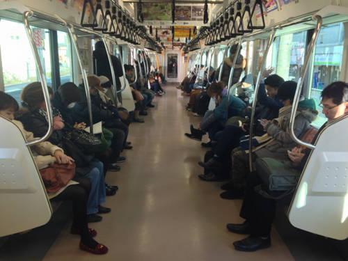 Tàu hỏa là nơi không được phép nói chuyện: Du khách có thể thấy ấn tượng với sự lịch sự và tộn trọng cá nhân của người Nhật tại những khu vực công cộng, nhưng đây là một điều làm cho nhiều người Nhật thấy mệt mỏi khi họ luôn phải giữ yên lặng trên xe buýt, tàu hỏa sau một ngày làm việc căng thẳng. Ảnh: mthai