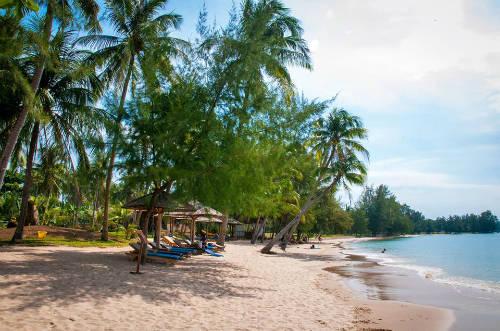 Thư giãn trên bãi biển Trong khi Tết ở miền bắc là mùa đông giá rét thì tại Phú Quốc, bạn vẫn được hưởng ánh nắng ấm áp. Do đó, không dễ gì bạn có thể bỏ qua trải nghiệm hòa mình vào dòng nước mát hay chỉ đơn giản là nằm thư giãn trên bãi cát yên bình. Phú Quốc có rất nhiều bãi biển đẹp cho bạn lựa chọn như bãi Sao, Gành Dầu, bãi Dài, Ông Lang, bãi Thơm, Vũng Bầu... Ảnh: Lê Duy Hưng.