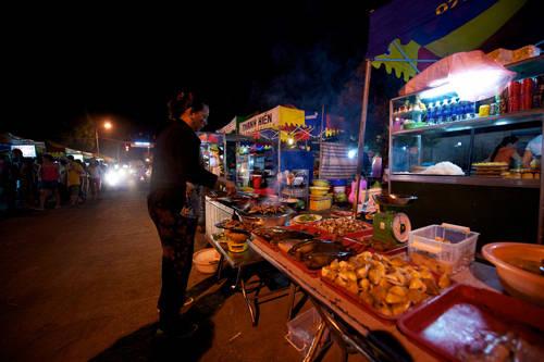 Chợ đêm Dinh Cậu Nằm ngay trung tâm thị trấn Dương Đông, chợ là điểm dừng chân của bất kỳ du khách nào khi đêm xuống. Tại đây, bạn có thể tìm thấy nhiều hàng quán bán đồ ăn, hải sản và đồ lưu niệm. Chợ thường họp từ 5h chiều, đông đúc vào khoảng 7h - 8h tối và mở đến nửa đêm. Bạn nên mặc cả khi mua sắm ở đây. Ảnh: Vntour