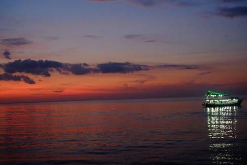 Câu mực đêm Nếu không muốn phí hoài thời gian nghỉ Tết ở Phú Quốc, bạn cũng nên tranh thủ thời gian để tham gia một chuyến câu mực đêm, giá khoảng 300.000 đồng một người. Từ 5h chiều, bạn sẽ được đón để lên một chiếc tàu lớn ra nơi câu mực. Tàu câu mực thường lắp nhiều đèn sáng và hắt bóng xuống mặt biển trong đêm tối tạo nên khung cảnh lung linh. Điều thú vị của trải nghiệm này là bạn được thưởng thức thành quả sau khi câu. Ảnh: Minh Nhung