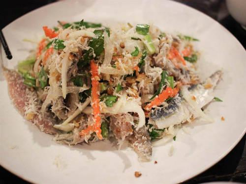 <strong>Thưởng thức hải sản:</strong> Hải sản Phú Quốc không chỉ tươi, ngon mà còn được người dân chế biến thành nhiều món ăn độc đáo, hấp dẫn. Một trong số đó là gỏi cá trích, cá không hề tanh mà cho cảm giác thanh mát, nhẹ nhàng với rau, cà rốt, dừa nạo. Một đĩa có giá từ 80.000 đến 100.000 đồng. Ngoài ra, bạn cũng đừng bỏ qua ghẹ, ốc hương, còi biên mai nướng... Các món này có nhiều trong những nhà hàng ở thị trấn Dương Đông. Ảnh: Mèo Pen