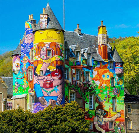 Tòa lâu đài cổ với các hình vẽ graffiti vui nhộn. Vào năm 2007, chủ nhân của lâu đài Kelburn đã mời các nghệ sĩ graffiti người Brazil đến và sáng tạo bức tranh tường màu sắc tại đây. Dù mục đích ban đầu là các bức tranh này chỉ tạm thời nhưng sau đó gia chủ đã yêu cầu giữ lại các hình vẽ này.