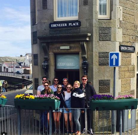 Con đường ngắn nhất thế giới cũng thuộc Scotland. Ebenezer Place ở thị trấn Wick chỉ dài khoảng 2 m, có từ năm 1883 khi chủ khách sạn Mackay sơn tên đường lên mặt ngắn nhất của tòa nhà.