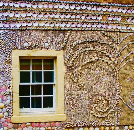 Bạn có thể chiêm ngưỡng ngôi nhà vỏ sò ở Anstruther. Ngôi nhà đơn sơ này được chuyển đổi thành một hang động tuyệt đẹp vào những năm 1840 bởi kỹ sư xây dựng Alex khi ông trang trí toàn bộ bức tường bằng vỏ sò.