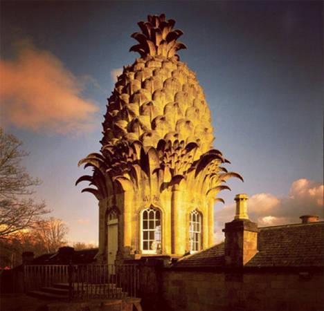 Ngôi nhà hình trái dứa kỳ quặc này được xây dựng vào thế kỷ 18. Ban đầu nơi đây như một nhà kính cho các loài thực vật ngoại lai nhưng nay được sử dụng để cho khách thuê ngủ lại qua đêm.