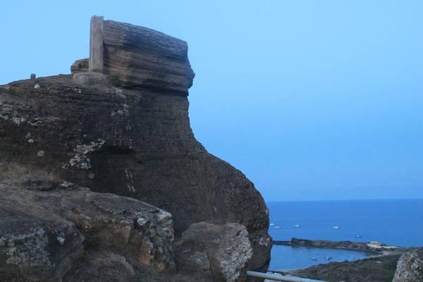 Vách núi có hình dáng ấn tượng trên chùa Linh Sơn. Ảnh: San San
