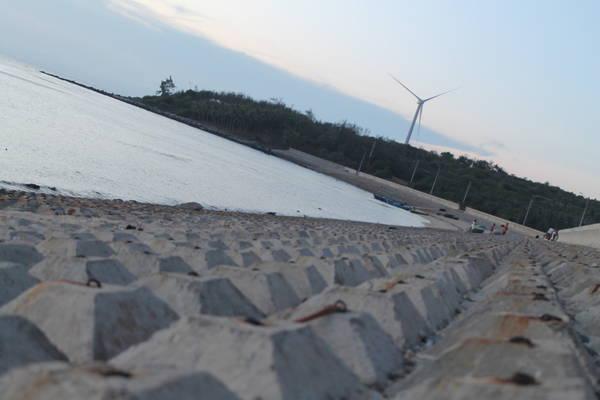 """Một chiếc """"phong điện"""" trên đảo nhìn từ phía bờ kè Ngũ Phụng. Ảnh: Khoa Trần"""
