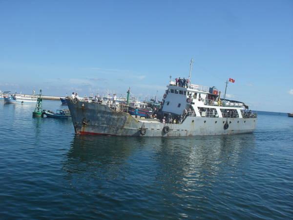 Tàu Bình Thuận 18 đi đảo Phú Quý. Ảnh: San San