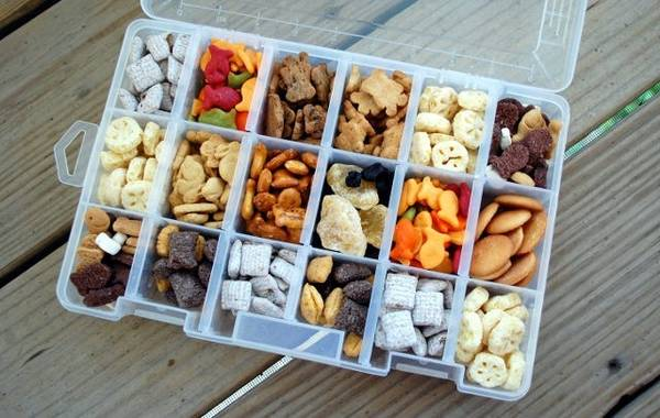 Đựng đồ ăn nhẹ vào hộp nhựa: Hãy chọn hộp nhựa có càng nhiều ngăn càng tốt. Xếp đồ ăn vặt vào từng ngăn. Bạn sẽ được thưởng thức những món ăn yêu thích trên máy bay.